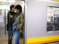 JR南武線でポーズを撮るumedia氏(とかいう